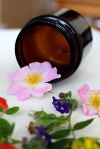 Kremy na cellulit mają w składzie ekstrakty z kwiatów.