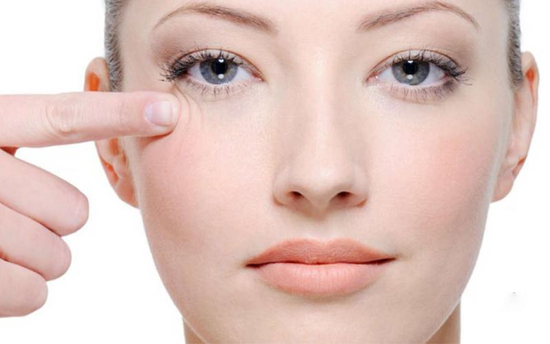 kobieta dotyka skóry pod okiem