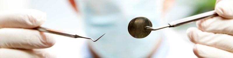 Zakładanie protezy na implantach